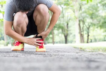 Crampi alle gambe e crampi notturni: cause e rimedi