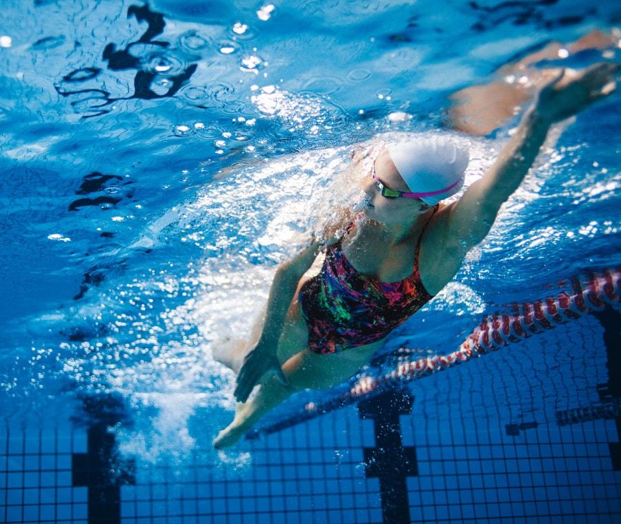 Costume da bagno, occhialini e altri accessori per il nuoto: guida all'acquisto