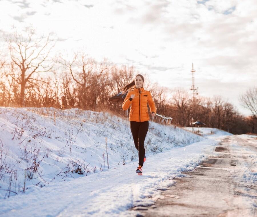 Correre in inverno: riscaldamento, tecnica e benefici della corsa con il freddo