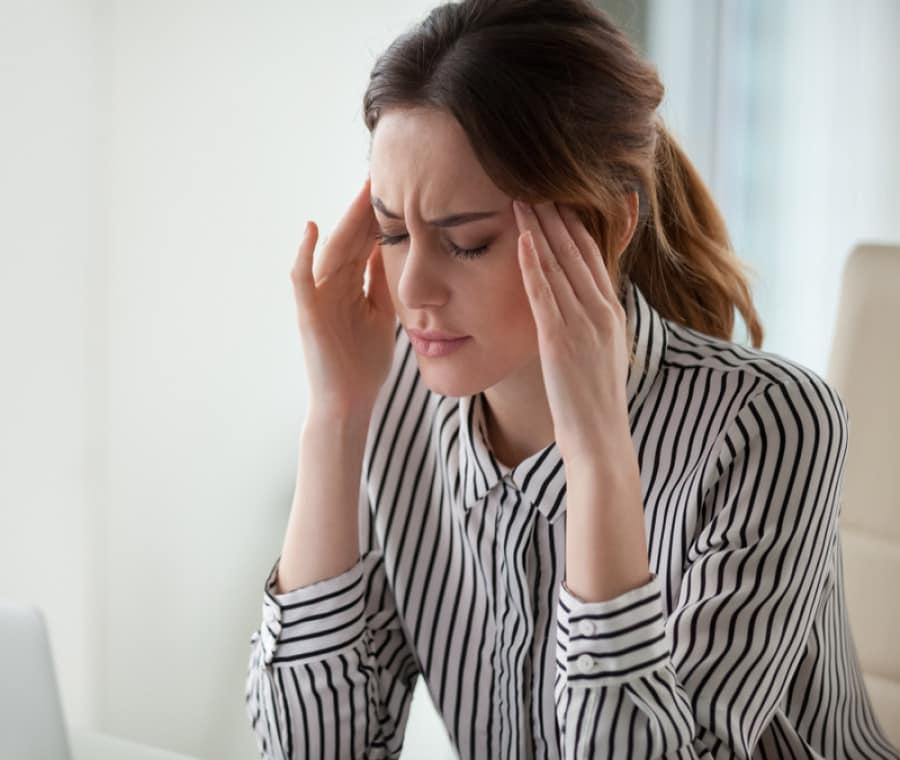Mal di testa da stress: 6 esercizi di stretching per eliminarlo