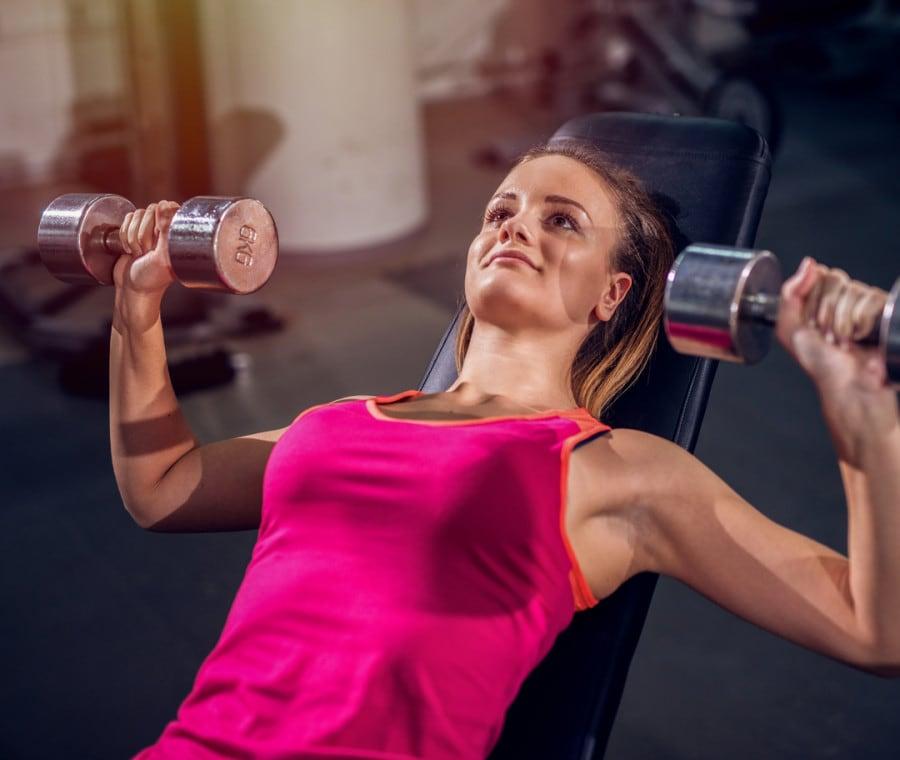 Allenare le braccia con i manubri: 6 esercizi efficaci