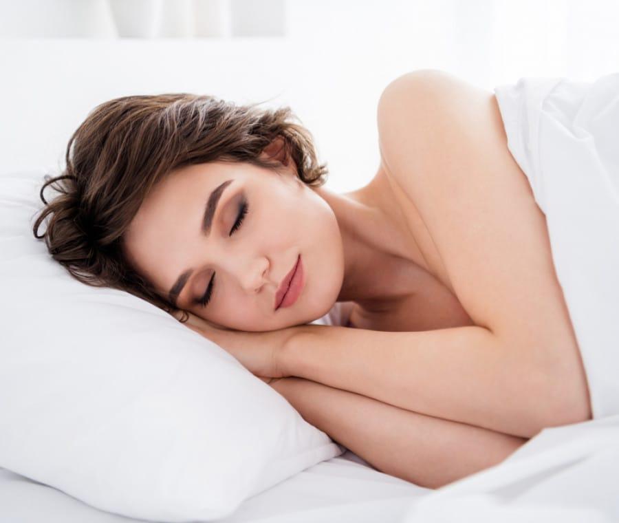 Perché dormire nudi fa bene