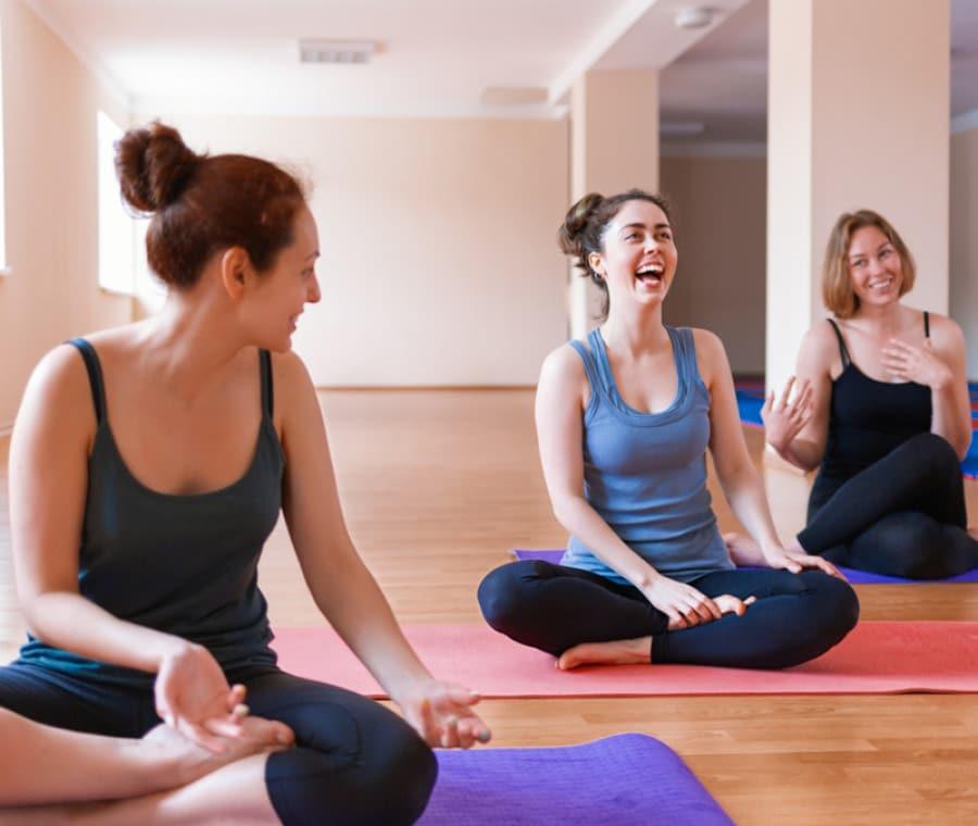 Yoga della risata: cos'è, come funziona e benefici
