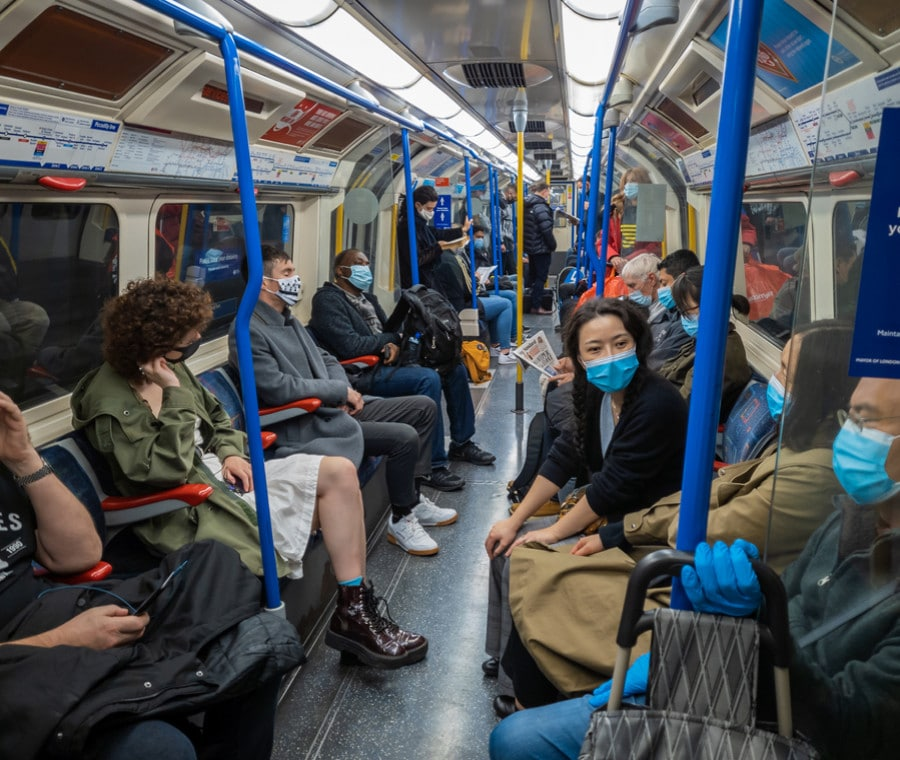 Coronavirus: in Francia sconsigliato parlare o telefonare in metropolitana