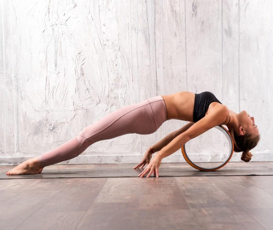 Yoga wheel: Cos'è e Come funziona la Ruota per lo Yoga