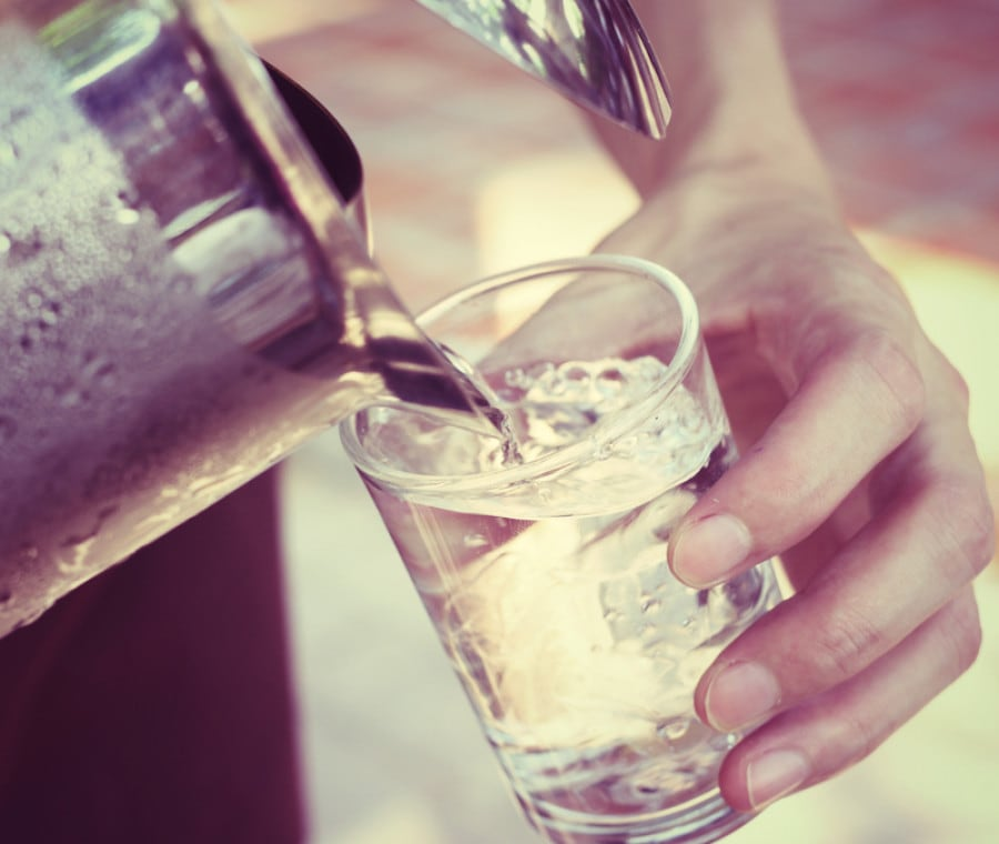 Bere acqua fredda: rischi e benefici