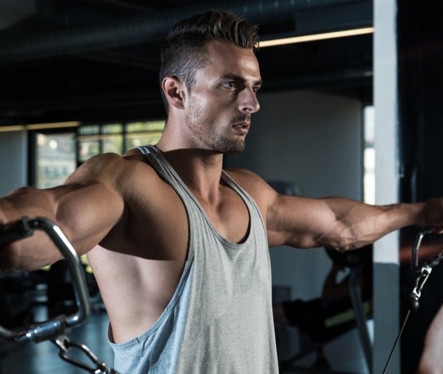 Workout con macchinari per spalle