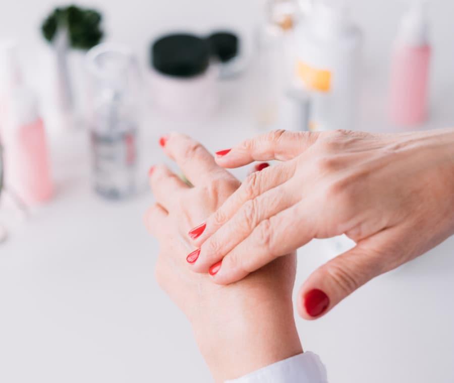 Invecchiamento delle mani: come rimediare?