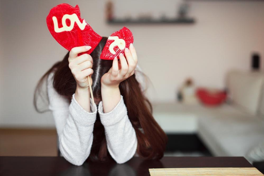 Donna con sindrome cuore infranto