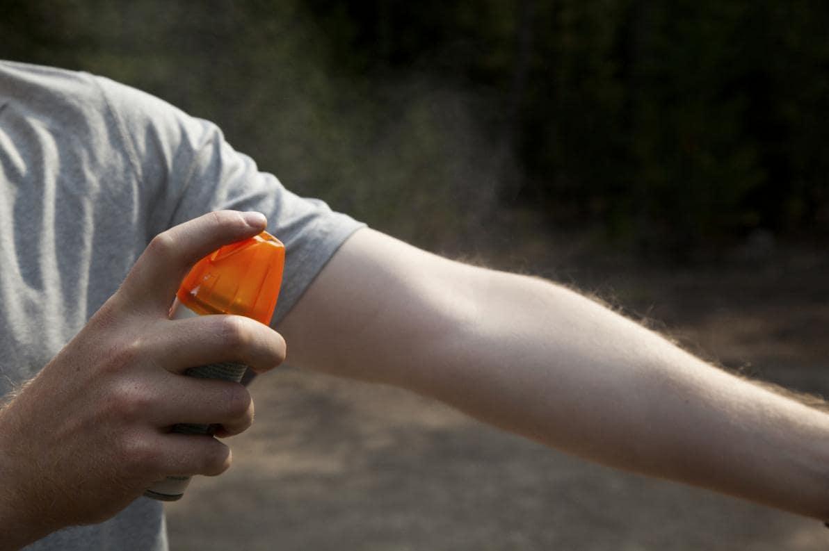 Applicazione di repellenti per zanzare