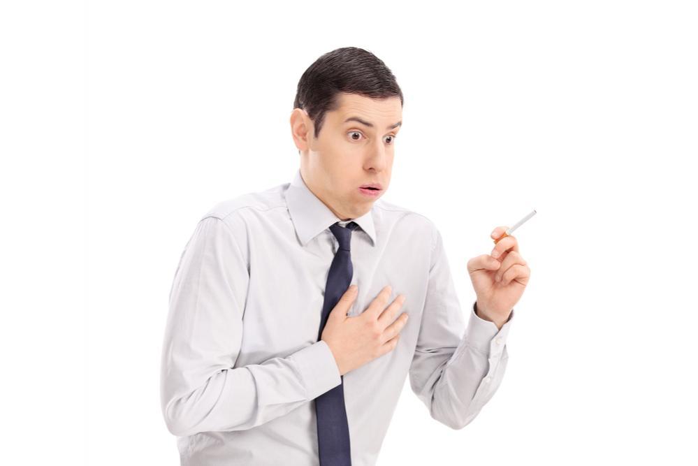 Fumatore che tossisce