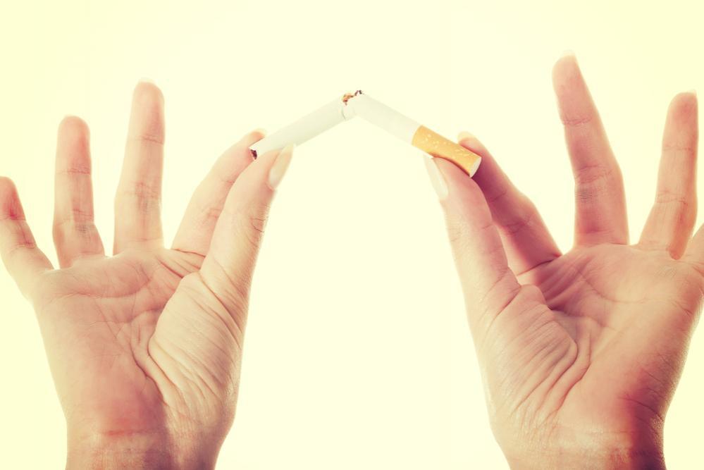 Mani che spezzano sigaretta