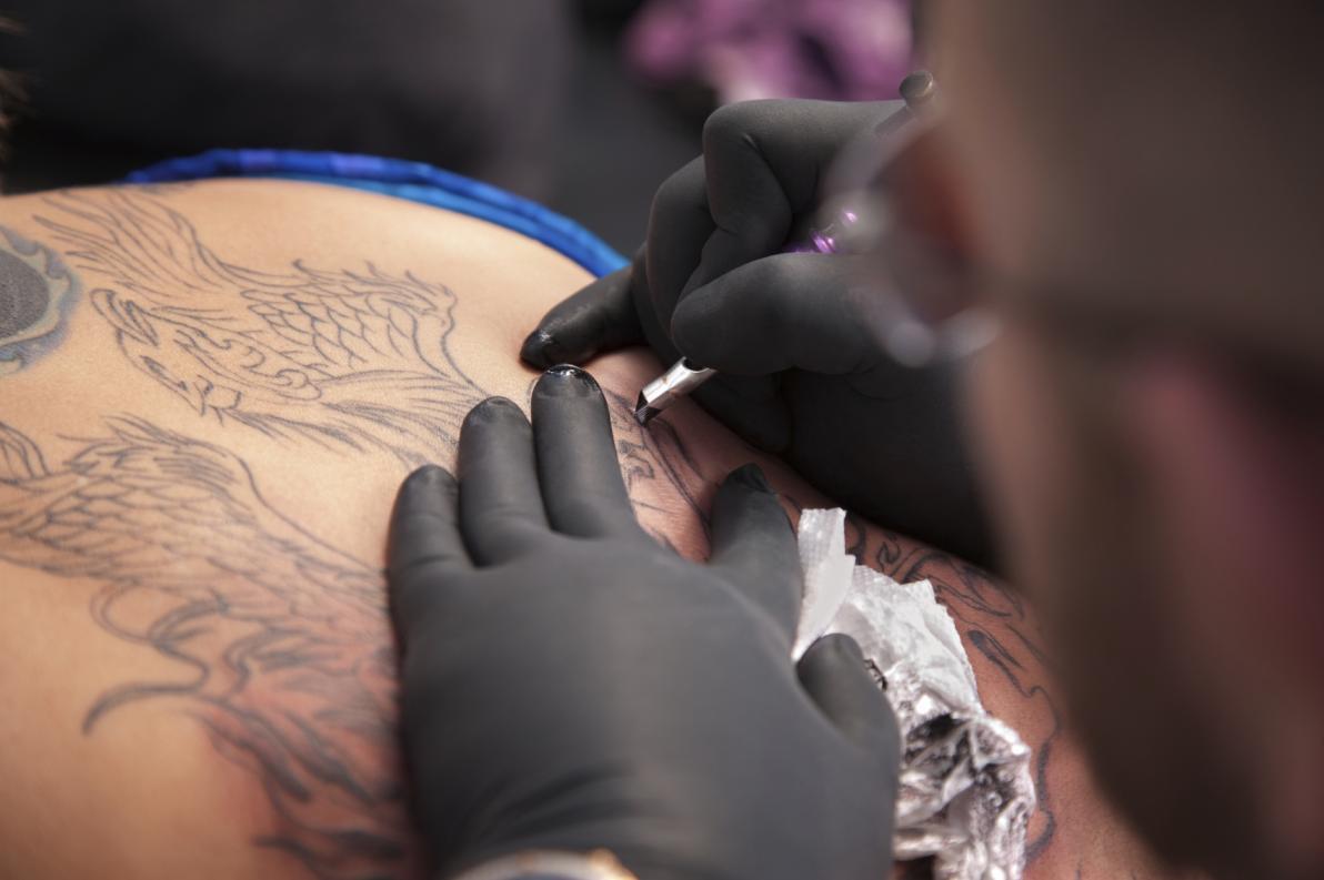 Tatuaggi e rischio di contrarre l'HIV