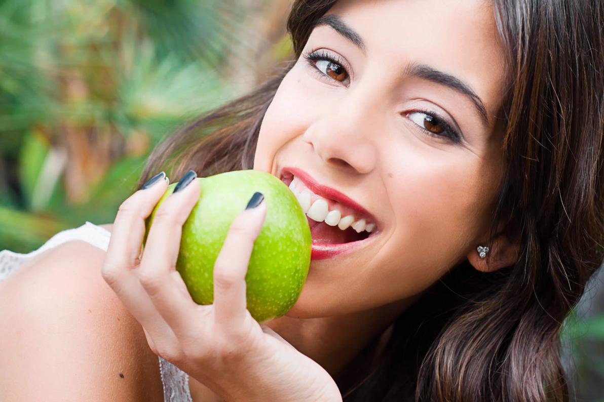 Le mele possono essere un valido aiuto per la pulizia dei denti