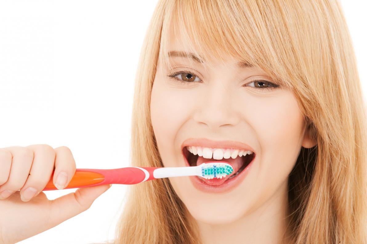 Pulizia della lingua con spazzolino