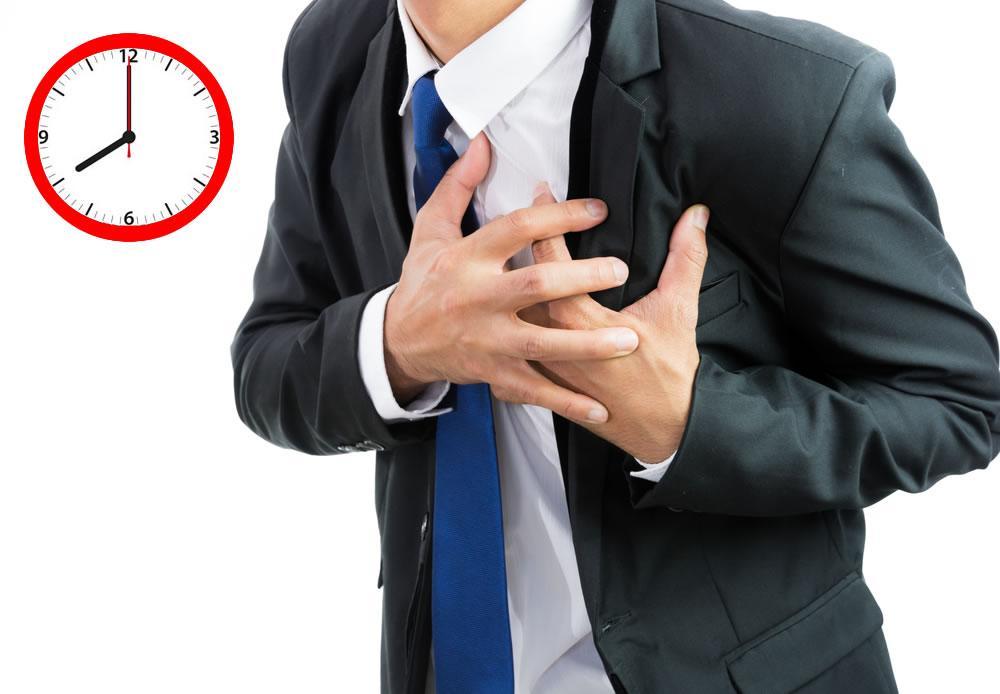 Uomo che soffre di attacco di cuore e orologio che segna le otto del mattino