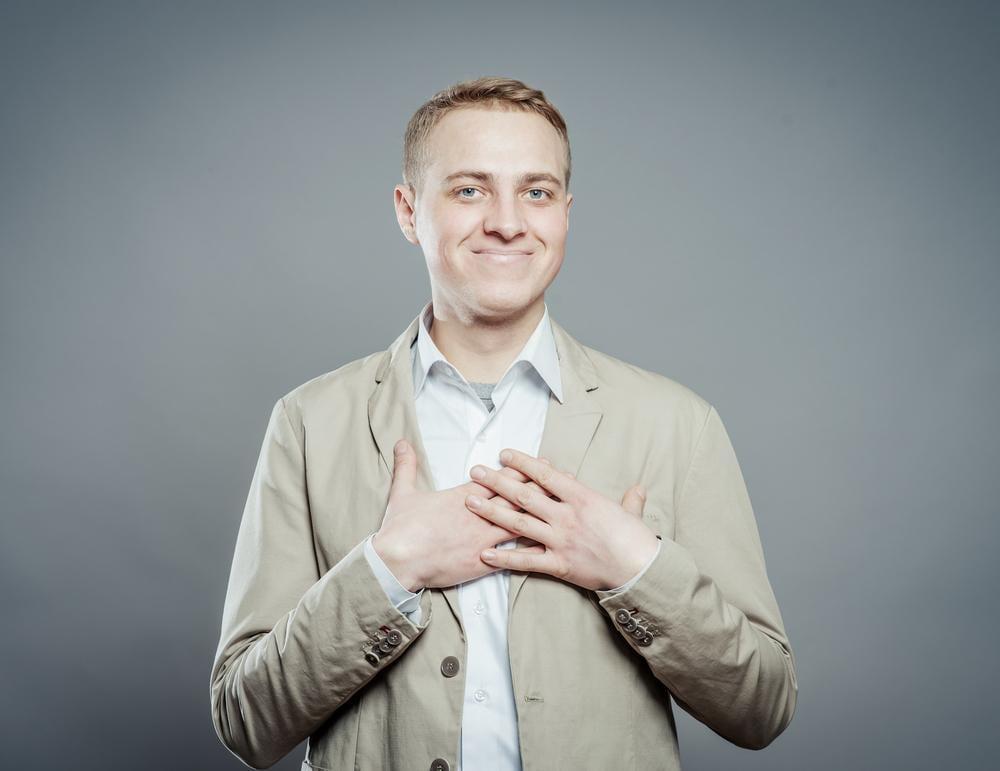 Uomo con attacco di cuore ma con espressione del volto tranquilla
