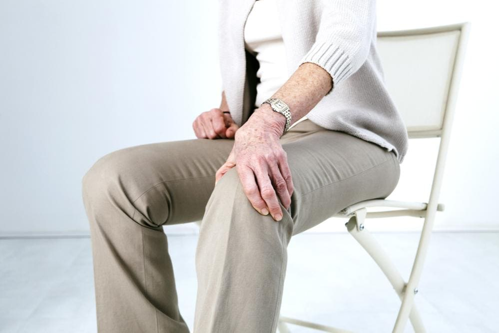 Donna con dolore al ginocchio