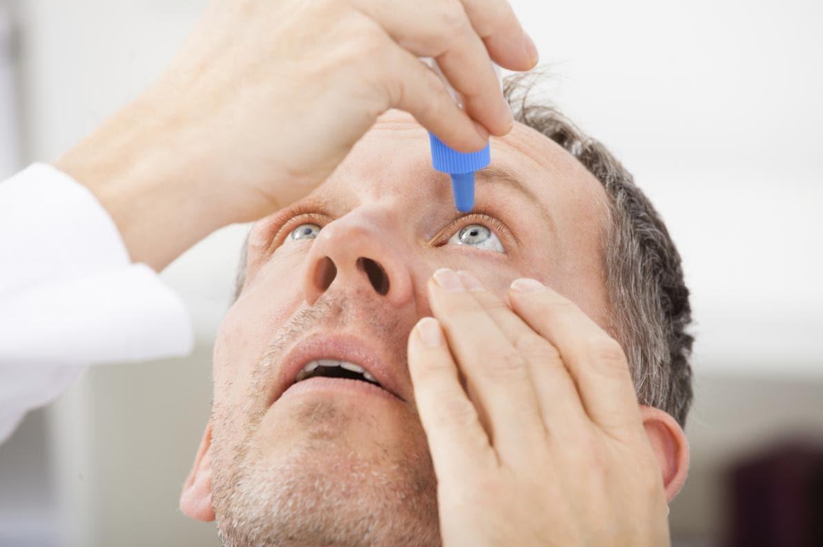 Instillazione di lacrime artificiali