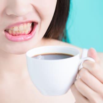 Denti gialli caffè