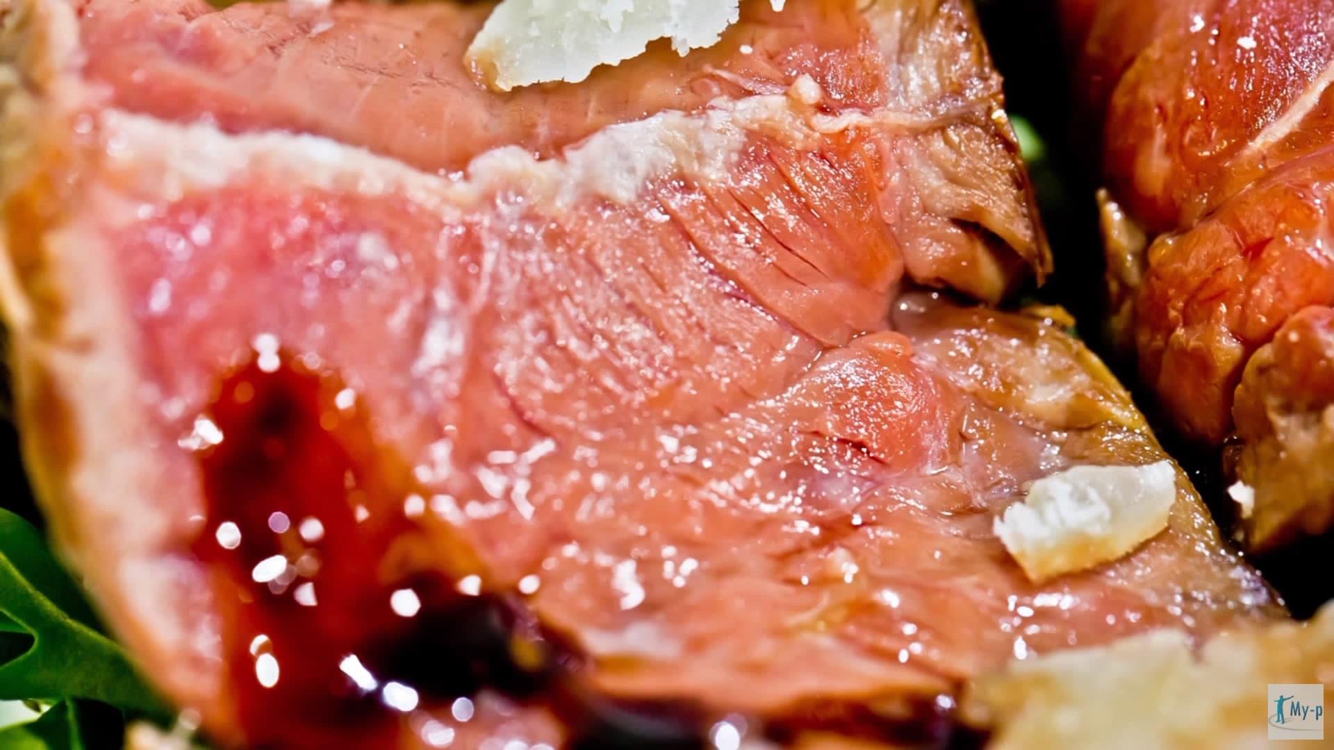 Foto Tagliata di manzo con rucola, grana e glassa al balsamico