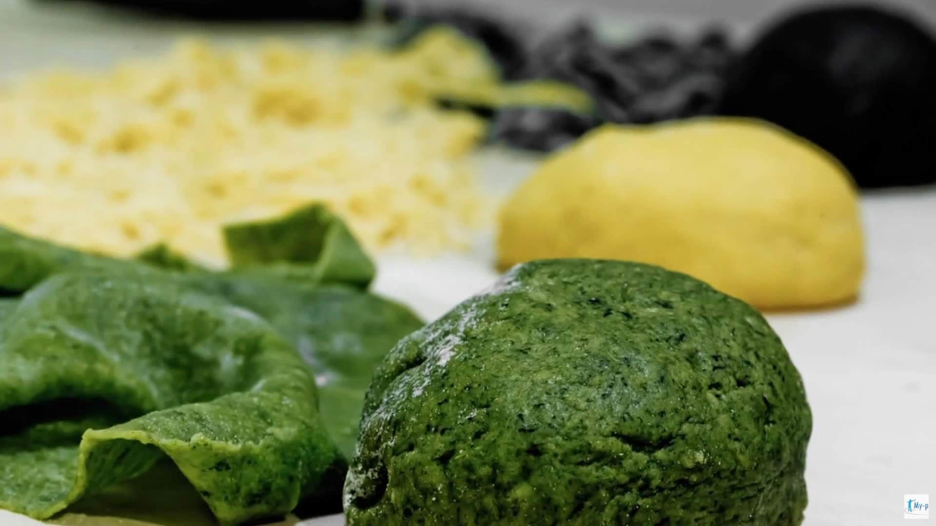 Foto Pasta fresca fatta in casa - pasta gialla, pasta verde e pasta nera - come prepararla e come cuocerla
