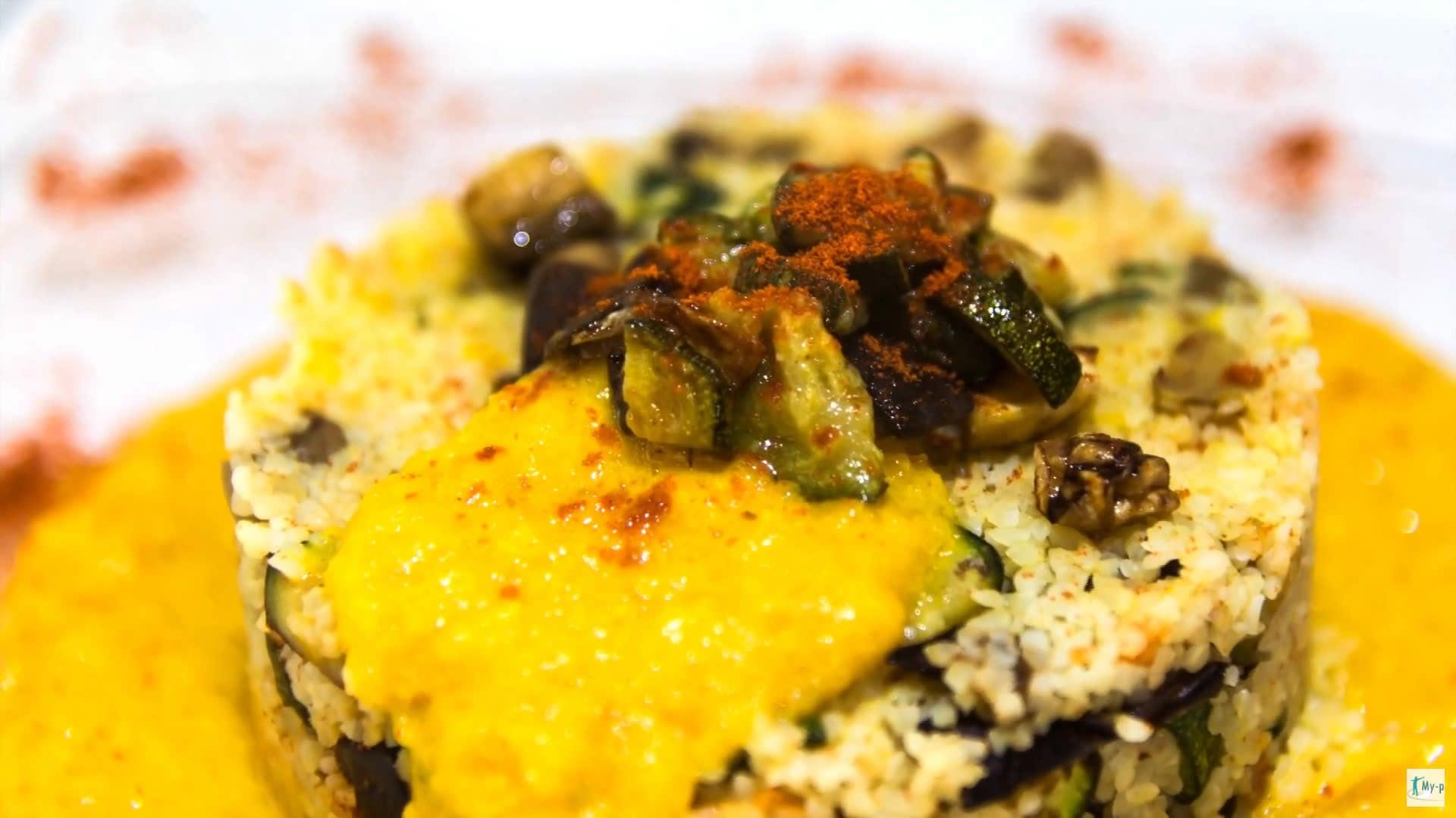 Foto Bulgur con verdurine saltate e crema di peperoni