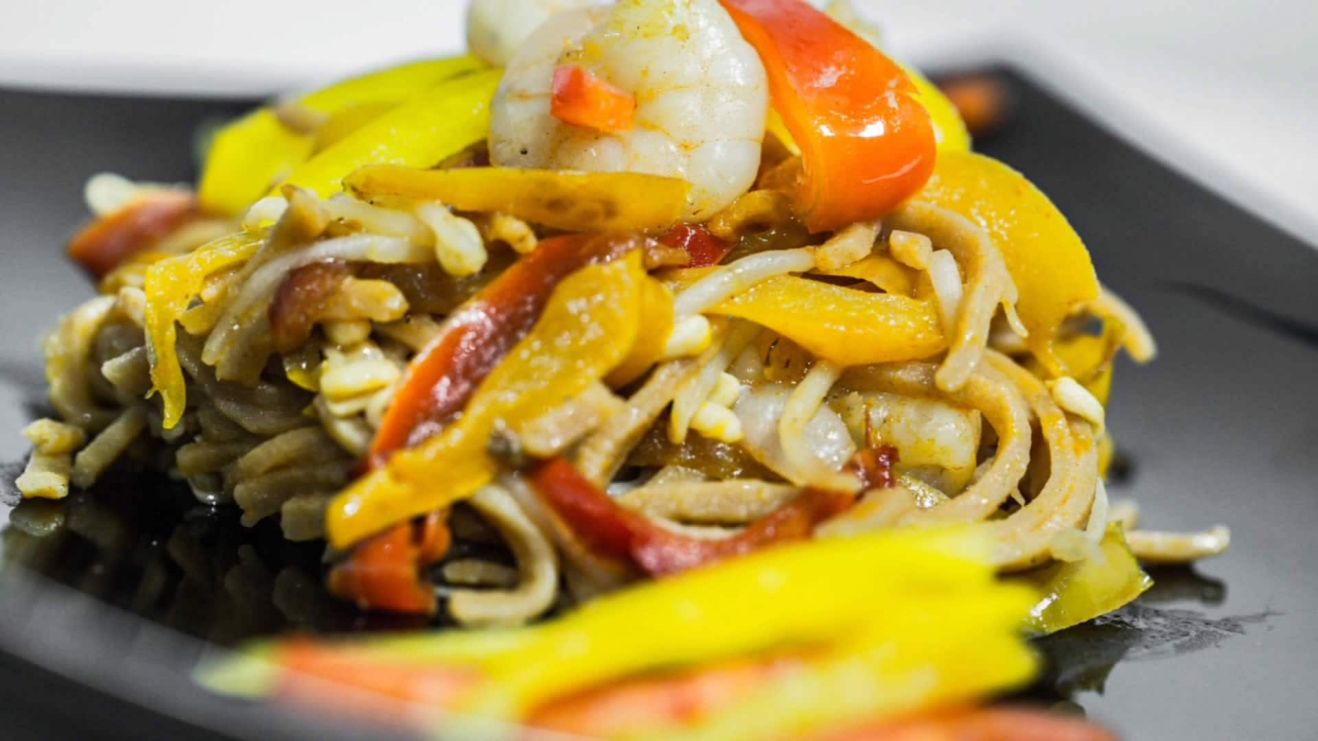 Foto Spaghetti di Soia Fatti in Casa con Gamberi e Peperoni