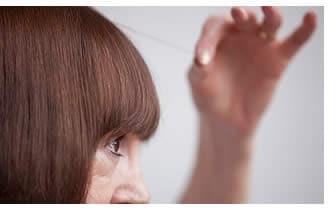 Strappare o tagliare i capelli bianchi